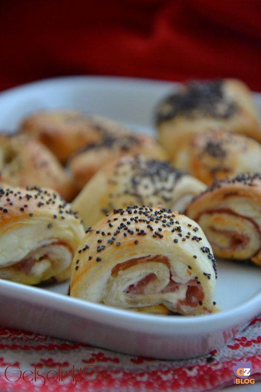 Rustici con prosciutto e formaggio, ricetta per aperitivi o buffet e per le feste.