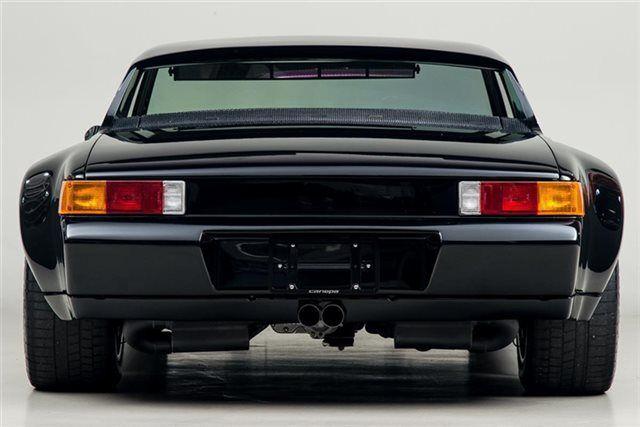 このカスタムした914、異様な迫力ありますね。リトラクタブルヘッドライトも撤去されてます。当時デザインが酷評された914ですが、いまみたら逆に未来的。1974 Por...