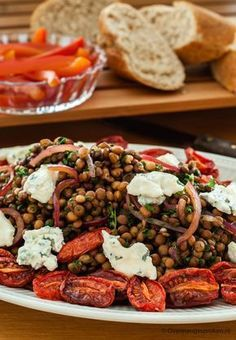 Linzensalade van Yotam Ottolenghi - Frisse maaltijdsalade van linzen met ovengedroogde tomaat, gorgonzola en verse kruiden.