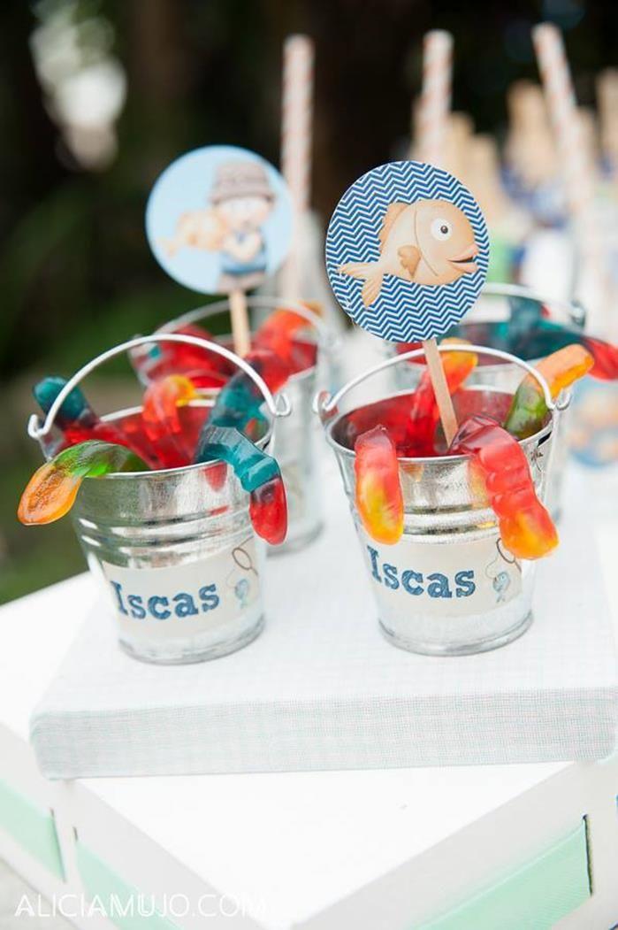 Cute favors at a Gone Fishing Party via Kara's Party Ideas | Kara'sPartyIdeas.com #gummyworms #favors #fishingparty Especial para festas infantis...embrulhados em celofane transparente!
