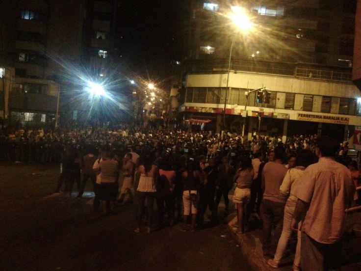 Vecinos de la Avenida Baralt alzan protesta como queja ante la expropiación de panaderías de la zona. A continuación, imágenes y videos compartidas por los vecinos.