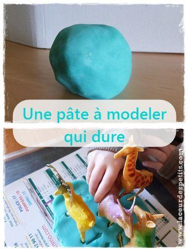 Comment faire de la pâte à modeler qui dure longtemps. http://www.lacourdespetits.com/faire-pate-a-modeler/ #pateamodeler #recette