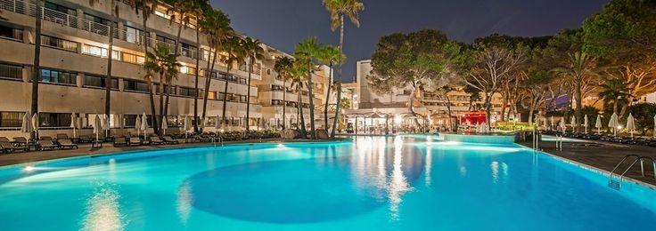 L'hôtel IBEROSTAR Royal Cristina est un apart'hôtel avec formule Tous compris à Playa de Palma, situé en bord de mer. Ce complexe hôtelier est une destination parfaite pour ceux qui souhaitent profiter de vacances en couple, à Majorque près de l'aéroport de Son Sant Joan à ses hôtes.