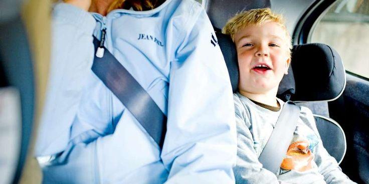 BARN I BIL: Pass på at barnet bruker beltet riktig. Beltet skal alltid ligge på skulderen, nær halsen.