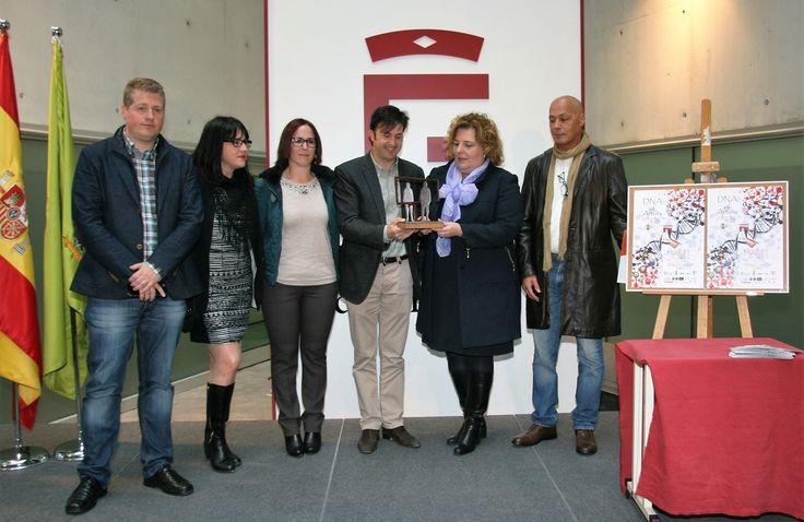Foto Familiar de la organización con la concejala de cultura de Churriana de la Vega, la diputada de cultura, el alcalde de Churriana de la Vega con el galardón FIARTE 2016.