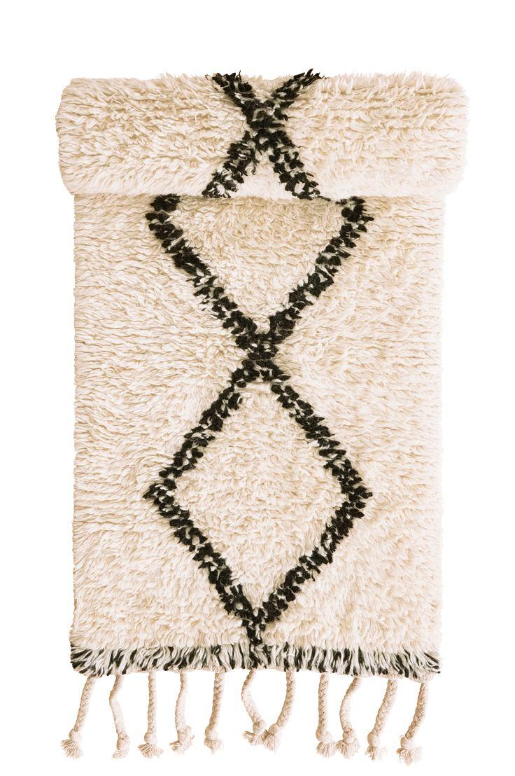 Handvävd ullmatta med grafiskt rutmönster. Material: 100% ull. Storlek: 80x250 cm. Beskrivning: Handvävd matta av garnfärgad ull, med varp av bomull. Franslängd 14-16 cm. Skötselråd: Rengörs genom dammsugning, alternativt med svamp och såpvatten. Tips/råd: Välj gärna olika typer av mattor till samma rum. Håll dig då till samma färgskala men satsa på olika mönster och strukturer.