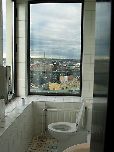 Käydä pissalla kaupungin kattojen yllä.