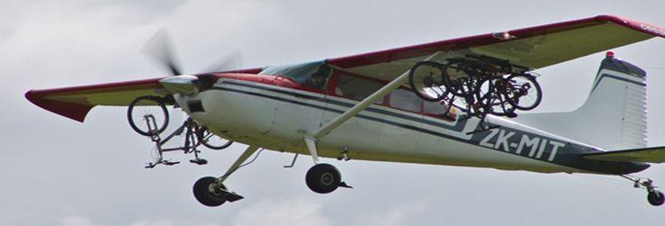 Praktyczny poradnik o przewożeniu roweru samolotem. Co spakować, jak spakować i w co spakować, aby po wylądowaniu ruszyć od razu na szlak, a nie na poszukiwanie uszkodzonych części.