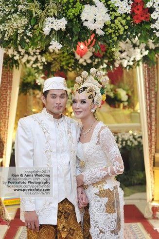 Foto Pernikahan dgn Kebaya Wedding Pengantin Modern Putih Rian+Anna di Jogja by Poetrafoto Wedding Photographer Indonesia, http://wedding.poetrafoto.com/foto-pernikahan-dgn-gaun-baju-kebaya-pengantin-muslim-di-palangkaraya_466
