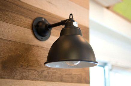 【壁際にそっと光を】¥6,700 小ぶりでシンプルなブラケットライト。壁際にそっと光を落としてくれます。ブラックとオフホワイトの2色があります。
