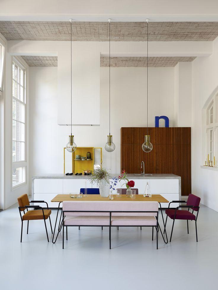 Estilo é o que não falta nesta cozinha integrada à sala de jantar! A predominância dos revestimentos branco está em total sintonia com a paleta colorida do mobiliário. O resultado foi um ambiente contemporâneo cheio de personalidade, concorda? Os móveis são do FestAmsterdam.