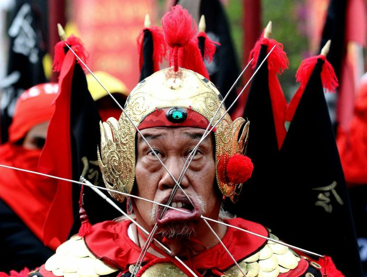 Un tatung se perfora los labios y mejillas con agujas durante el festival Cap Go Meh, en la localidad indonesia de Singkawang. Los seguidores de este antiguo arte mantienen la creencia de que con estos sacrificios se invocan a los espíritus positivos y se disipan los negativos. Cap Go Meh, también conocido como Festival de los Farolillos, se celebra el decimoquinta día del Año Lunar chino y marca el final de las celebraciones del Año Nuevo. Foto: Robertus Pudyanto