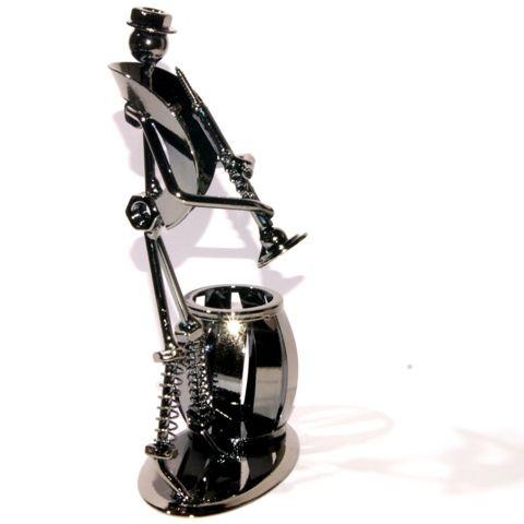 Heavy Metal Band penhouder en figuur met trompet. Gemaakt van gerecyclede metalen onderdelen zoals schroeven, bouten, moeren, sluitringen enz... Het is verbazingwekkend hoe het materiaal dat normaal wordt weggegooid,  kan worden omgevormd tot dit kunstwerk.