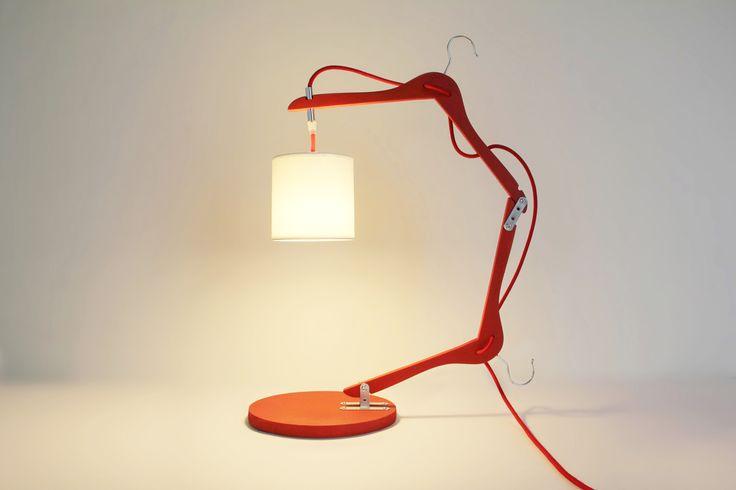 Lampe de bureau réalisée avec 2 cintres,une base en bois massif et un abat-jour. La structure de la lampe en cintre s'articule.