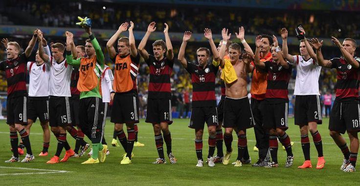 Semifinal Brasil 1 - Alemania 7: Los jugadores alemanes agradecen el apoyo de su público después del colosal triunfo ante Brasil.