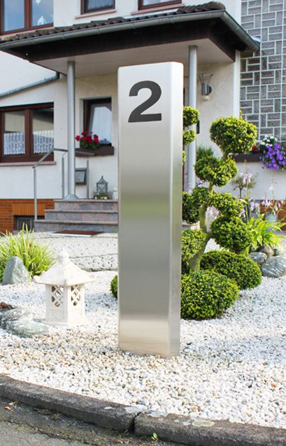Edelstahl Metall-Stele mit angeschraubter Hausnummer - Die Metallstele + die angeschraubte Hausnummer werden aus hochwertigem & witterungsbeständigem Edelstahl hergestellt. Der anthrazitfarbene Pulverlack auf der Hausnummer wirkt sich ebenfalls positiv auf die Haltbarkeit der Hausnummer aus und sorgt für einen angenehmen Kontrast zu der dahinter befindlichen Edelstahl-Säule. Zudem entsteht durch eine geringe Distanz zwischen Hausnummernschild und Stele ein dezenter 3D-Effekt.