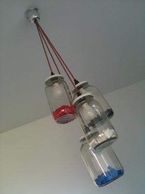 Un luminaire type chandelier Masson avec Lego. J'aime le fillage de couleur aussi. Super amusant dans une salle de jeux ou dans une chambre d'enfants.