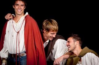 'Romeo', una adaptación del clásico de Shakespeare, llega este fin de semana al Teatro Guiniguada. Las funciones serán el sábado 6, a las 20.30 horas, y el domingo 7, a las 19.00 horas. Las entradas pueden adquirirse a través de este ENLACE, o en la taquilla del teatro, al precio de 12 euros.  Sin la presencia de Julieta, la obra será interpretada por los actores Álex Barahona, Bernabé Fernández y Javier Hernández