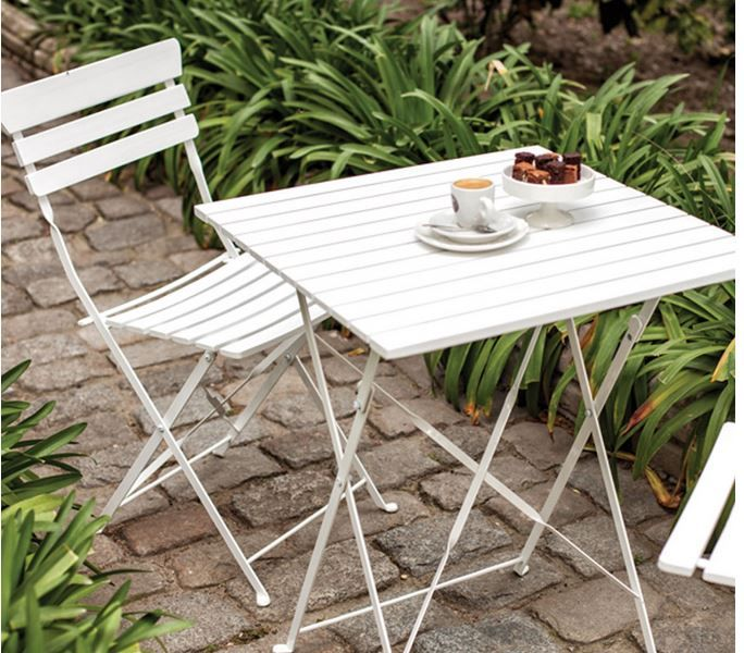 Aslında Bahçe mobilyasına en çok yakışan renkler arasında beyaz ön planda durmaktadır. Yeşil çimlerle inanılmaz bir kombinasyon olacaktır.