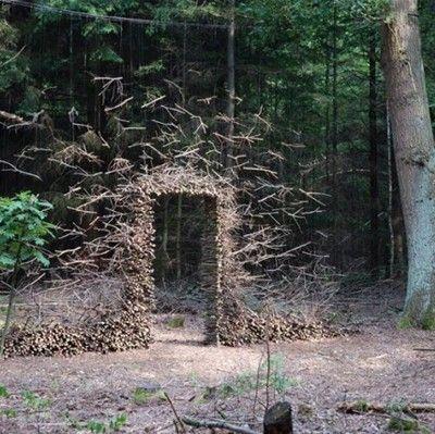 Impressionnantes installations défiant la gravité L'artiste allemande, Cornelia Konrads, crée des installations hallucinantes in situ