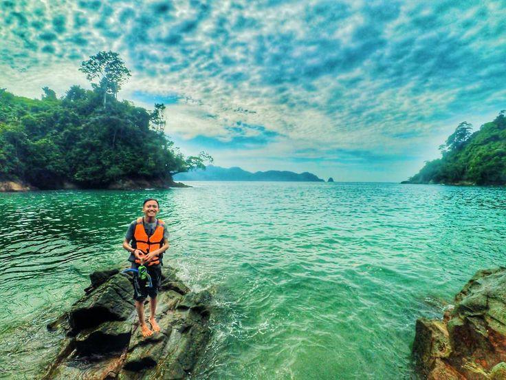 Pasir pantai yang putih dan jernihnya air laut yang berbaur mengelilingi teluk hingga menyajikan sebuah panorama yang sangat indah adalah sebuah daya tarik utama Pantai Bolu Bolu. Kebersihan dan keindahan bawah airnya juga menjadi alasan tersendiri untuk kembali mengunjungi pantai ini.[Photo by instagram.com/halimiqbal]