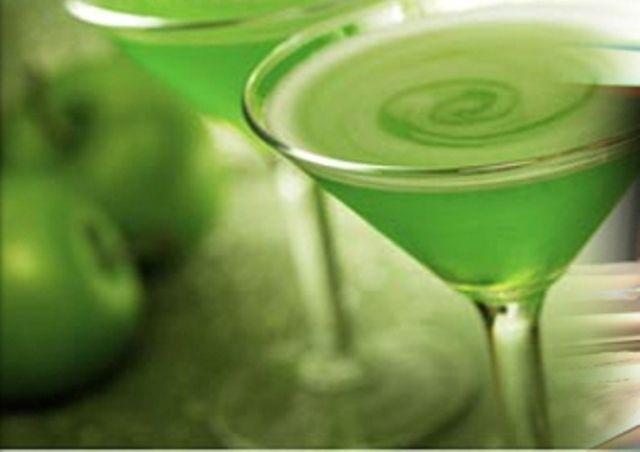 Διαβάστε τη συνταγή και πάμε μαζί να φτιάξουμε ένα από τα πιο γλυκά και ελαφριά Cocktails, το Apple Martini.
