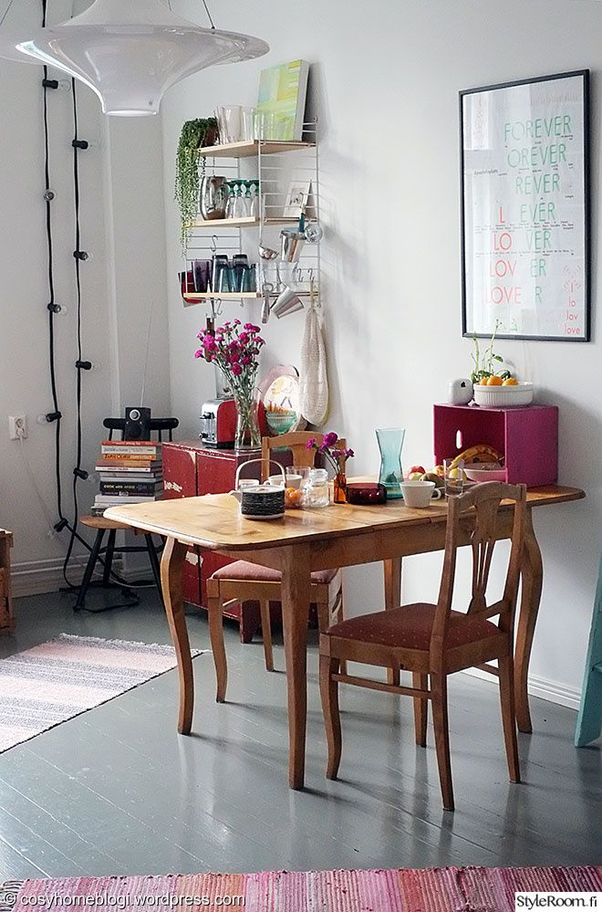 """Jäsenellä """"SaijaCosyhome"""" on pirteä ruokailutila täynnä värikkäitä yksityiskohtia #keittiö #ruokapöytä #styleroom #inspiroivakoti #värikäs"""