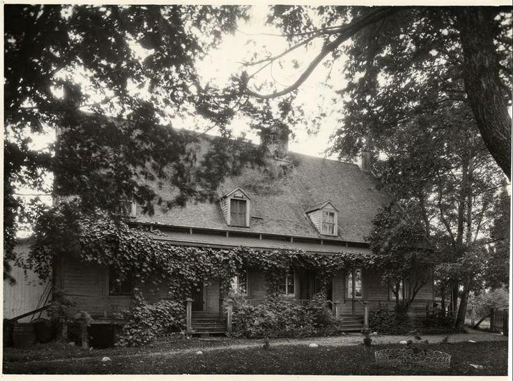 Le bassin de Montmagny | Le manoir Couillard-Dupuis de Montmagny dans les années 1920, d'après une photographie d'Edgar Gariépy, appartenant alors à Louis-Absalon Couillard-Dupuis. Aujourd'hui, le Musée de l'accordéon.