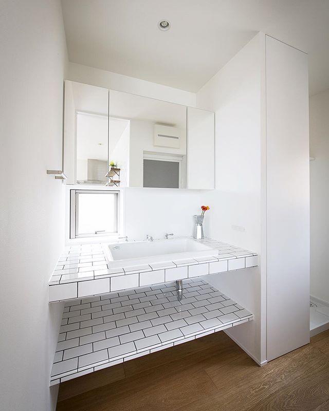 【塩屋No.1ハウス】 タイルを使った洗面台。カウンターと足元の棚は造作してタイルを貼っています。ミラー収納やトール収納もあるのでスッキリとした洗面スペースを実現しました。 #ldhomes #ラブデザインホームズ #architecture #建築 #interior #インテリア #design #デザイン#house #住宅 #注文住宅 #residence #家 #新築#マイホーム #bathroom #洗面室 #塩屋ナンバーワンハウス