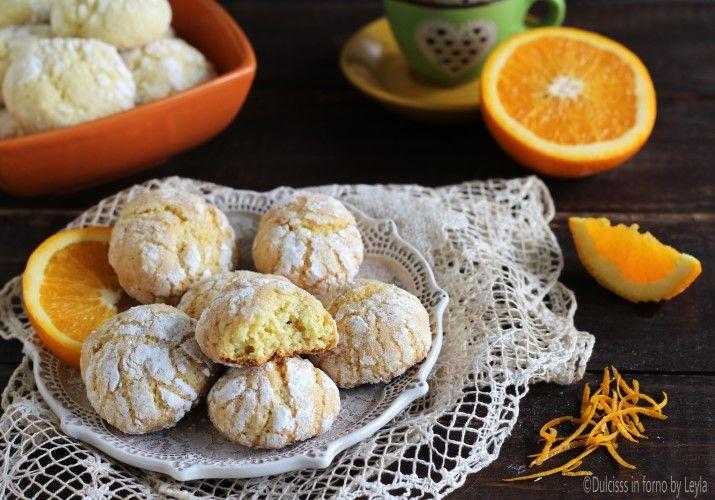 I Biscotti morbidi all'arancia sono dei deliziosi e profumatissimi biscotti, facili e veloci da preparare. Andranno a ruba.