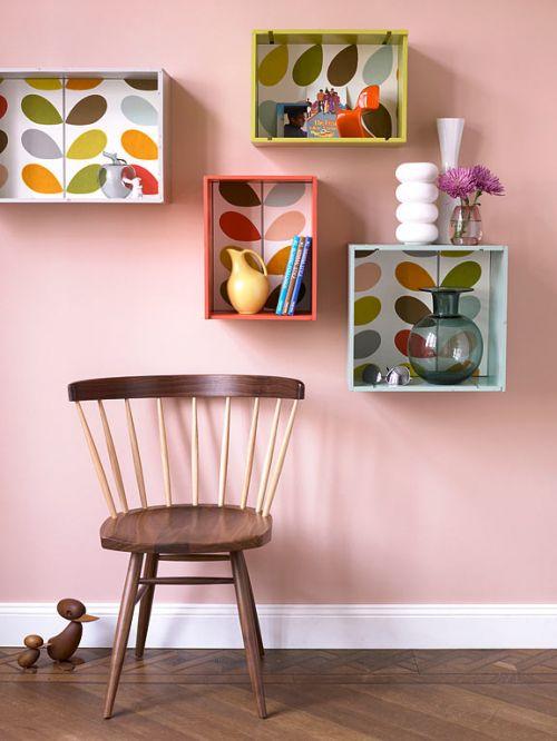 Pour personnaliser des étagères toutes simples, on colle du papier peint coloré.