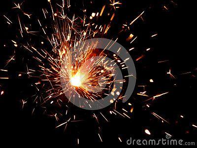 Бенгальский огонь с искрами на черной предпосылке