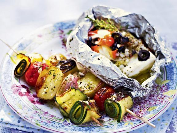 Nicht nur für Vegetarier ein Gaumenschmaus: Gemüsespieße mit gegrilltem Schafskäse. http://www.fuersie.de/kochen/grillrezepte/artikel/gemuesespiesse-und-schafskaese