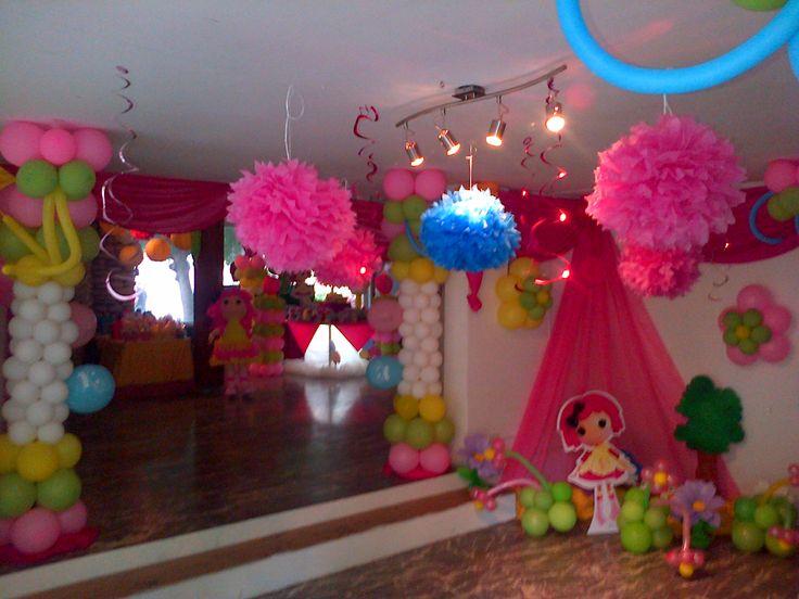 Hall de entrada con hermosos pompones de papel y mini - Decoracion con pompones ...