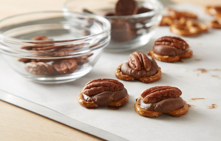 ROLO Pretzel Delights are a treat you can bake in 3 minutes, a little salty and very sweet!