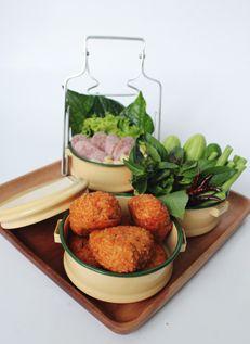 ข้าวทอดแหนมสด  Thai Fermented Pork with Fried Rice Balls