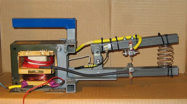 DIY spot-welder Uses microwave oven transformer.  230 VAC mains in, 3 turn out.