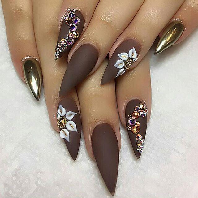 Love love a set with a mix of textures!! By mixing chrome with matte you are sure to create a stand out set of nails!! Plus this autumnal Brown is just 😍 💅💗by the super talented @tammytaylor876 #nailtech #nailart #simpleart #featurenail #chromenails #mirrornails #trend #stilettonails #overlays #naturalnails #nailie #coffinshapenails #coffinnails #nailextensions #3dflowers #autumnalshades #autumnalnails #nailinspo #nailextensions #nailsofig #nailedit #nailblogger #nailblog #nailporn