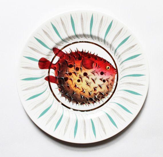 Carino e simpatico Fantasia pesci vintage disadattamento piastre tè con illustrazioni di splendidi pesci colorati applicati a ciascuno. Queste piastre di delizioso tè sarebbe perfette per un piccolo partito di tè di pomeriggio o anche come unica opera darte sul vostro muro. Venduto come un set di 4. Pezzi originali e unici darte funzionale. Lavabile (lavaggio a mano) e cassetta di sicurezza di alimenti e bevande.  Ogni piatto misura ca - 15cm (6 pollici) di diametro.  Ogni elemento è…