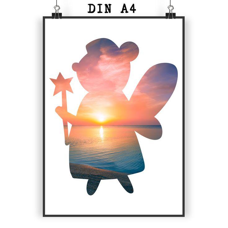 Poster DIN A4 Fee aus Papier 160 Gramm  weiß - Das Original von Mr. & Mrs. Panda.  Jedes wunderschöne Motiv auf unseren Postern aus dem Hause Mr. & Mrs. Panda wird mit viel Liebe von Mrs. Panda handgezeichnet und entworfen.  Unsere Poster werden mit sehr hochwertigen Tinten gedruckt und sind 40 Jahre UV-Lichtbeständig und auch für Kinderzimmer absolut unbedenklich. Dein Poster wird sicher verpackt per Post geliefert.    Über unser Motiv Fee  Dies zauberhafte Fee ist Glücksbringer und…