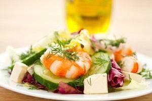 Γαριδοσαλάτα με άσπρο, κόκκινο λάχανο και ντρέσιγκ