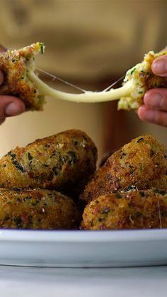 Sobrou arroz de ontem? Reaproveite e faça esses maravilhosos bolinhos com espinafre e queijo!