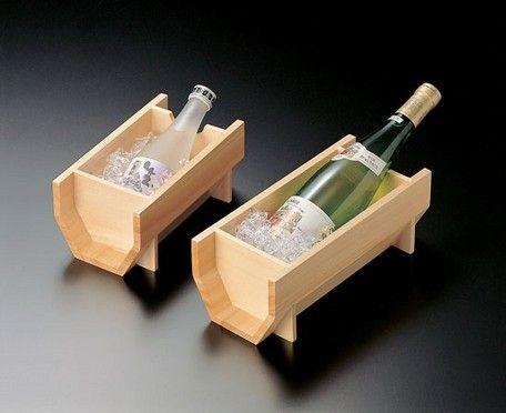 粋なたたずまいの白木クーラーです。 木は熱伝導率が低いため冷たさを保ちやすく、結露なども付きにくいのが特長です。 丹精な雰囲気を演出するのにぴったり。☆画像のイメージボトルは、300ml(小瓶)と、 720ml(中瓶)です。※冷酒とワインという名称ですが、ボトルの大きさでお選びください。 (12334は冷酒の中瓶にも、もちろん似合います)