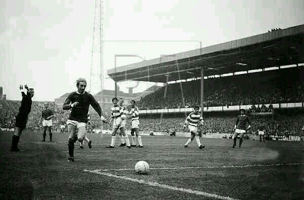 QPR 2 Man Utd 3 in Oct 1968 at Loftus Road. The referee tells Denis Law that he's onside #Div1