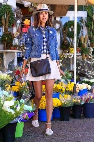 Look de moda: Chaqueta Vaquera Azul, Camisa de Vestir de Cuadro Vichy en Azul Marino y Blanco, Falda Línea A Blanca, Alpargatas de Lona Blancas | Moda para Mujer