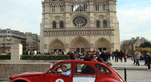 Venedig hat seine Gondeln, New York seine Taxen und Paris... seine Enten! Lassen Sie sich an Bord dieses Kultfahrzeugs unter den Cabriolets von dem Flair einer einzigartigen und heimeligen Rundfahrt im Herzen von Hauptstadt von Frankreich bezaubern!