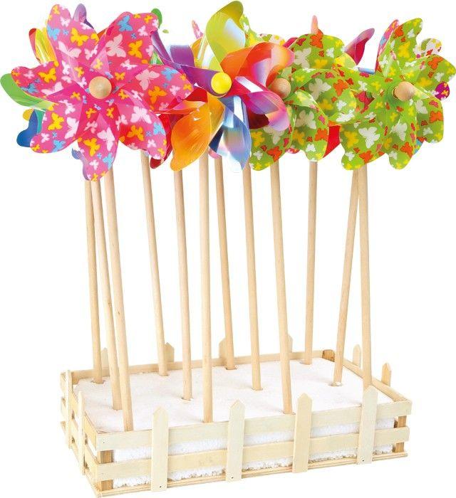 Set van 12. Deze grote windmolens wachten in de voortuin op wind om rond te draaien. Ze zijn met schattige vlindermotieven bedrukt. De metallic optiek belooft een beetje disco-feeling! Een blikvanger in iedere tuin! Afmeting:Display ca. 35 x 21 x 9 cm, Windmolen ca. 16 x 10 x 47 cm - Base Toys Display windmolen Lente
