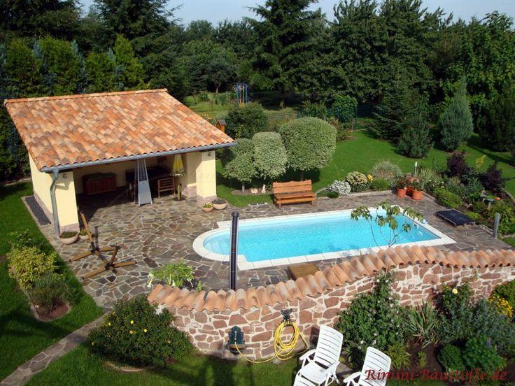 TerrassenUberdachung Holz Mit Dachziegeln ~   mediterraner Mauer und kleinem Poolhaus mit #mediterranen #Dachziegeln