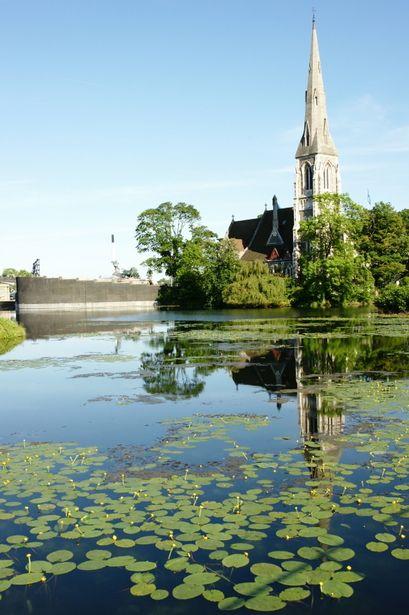 水面に映る姿も美しい、聖アルバに教会。コペンハーゲン旅行の観光アイデアまとめ。