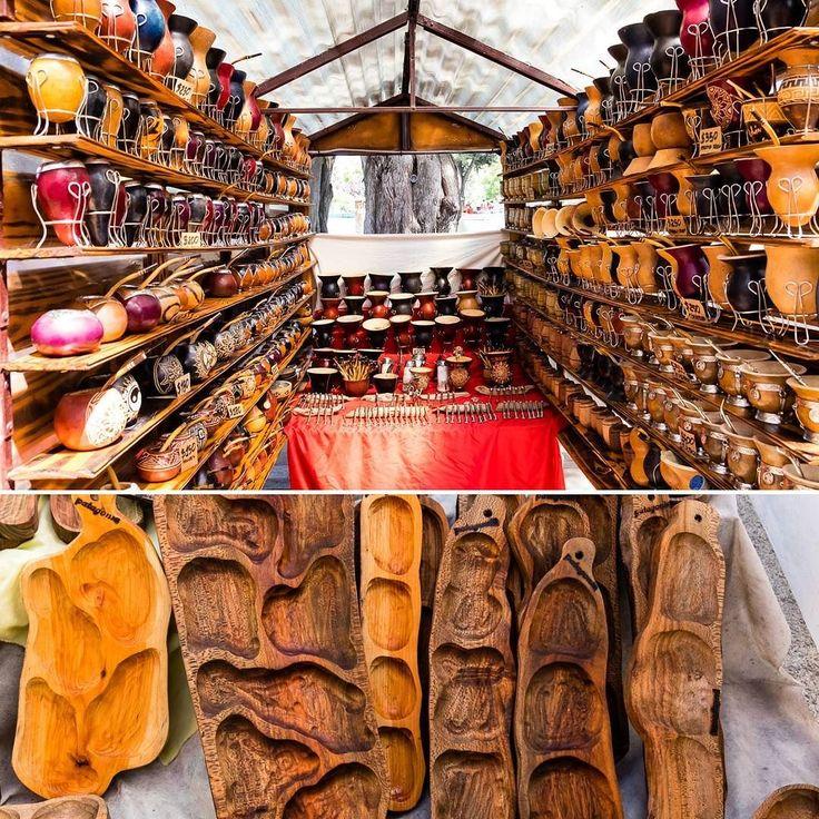 El Bolson'da cumartesi günleri kurulan elişi pazarı bu küçük kasaba için önemli bor olay. El yapımı tahta deri takı gibi bir çok malzemenin yanında organik ürünler reçeller el yapımı çikolatalar biralar ve yiyecekler satılmakta. Zaman geçirmek için güzel bir pazar. El Bolson yazımız www.uzaklaryakin.com blogda. Bağlantı profilde  #uzaklaryakin #elbolson #argentina #Arjantin #feira #artesanal